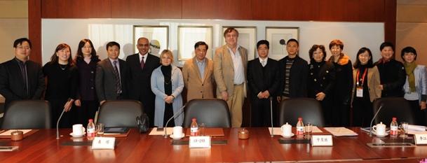 2月11日,聯合國教科文組織副總幹事漢斯·道維勒(中)、總部私營企業夥伴關係負責人桑塔(左五)、駐華代表處文化項目官員卡貝斯(左六)與浙江企業家代表及本會高層會談。
