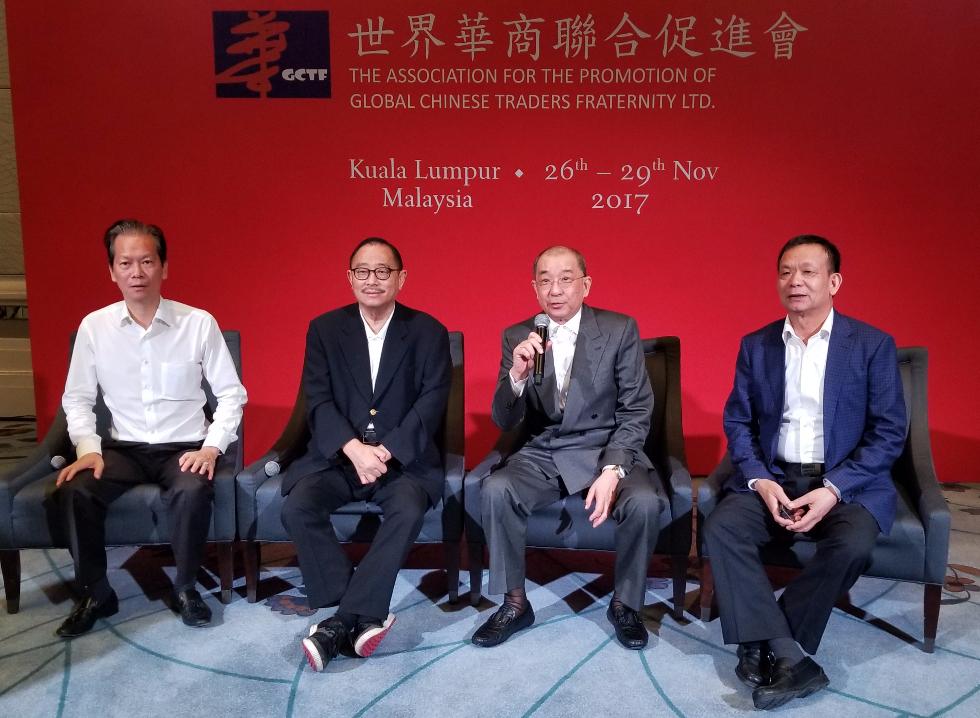 莊會長(左二)與華商聯高層在記者招待會上接受訪問。左起:陳紅天、蔡傌友、李賢義。