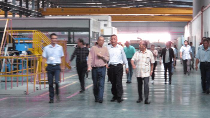 香港考察團參觀榮譽會長李賢義的信義玻璃廠