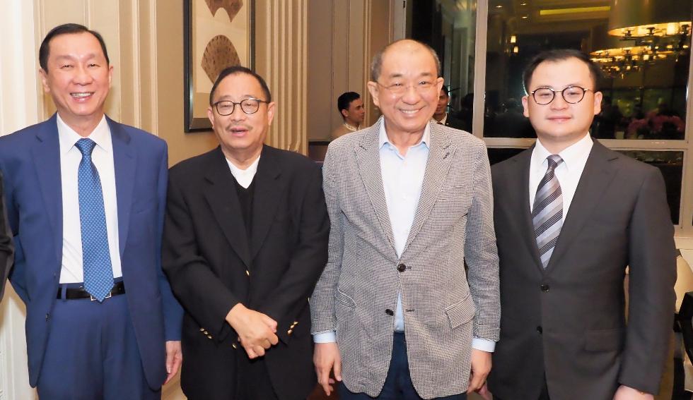 莊會長與大馬賢達友好言談甚歡。左起:陳志成、莊紹綏、蔡傌友、蔡世文。