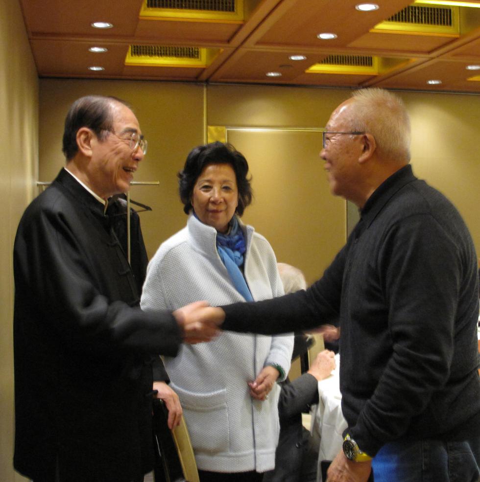 午宴上本會高層交談甚歡。左起:本會榮譽顧問楊孫西、副會長張閭蘅、嘉賓朱紹麟。